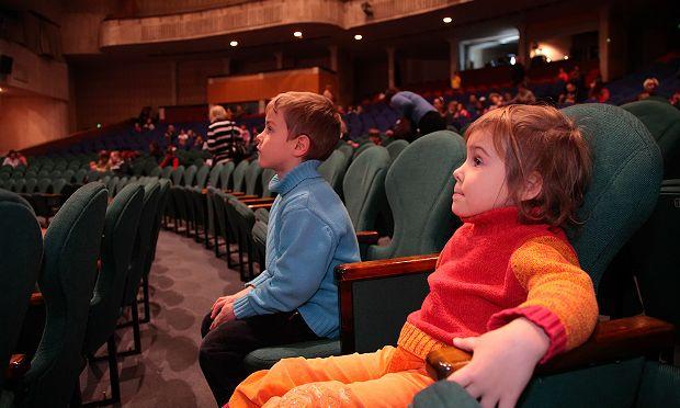 дети в театре