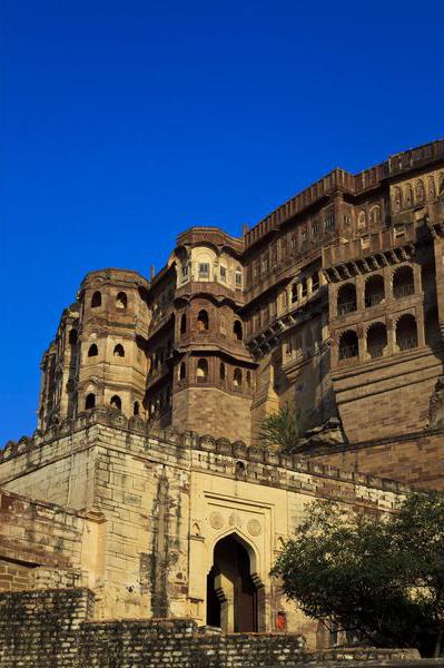 зубчатые стены с бойницами Форта Мехрангарха