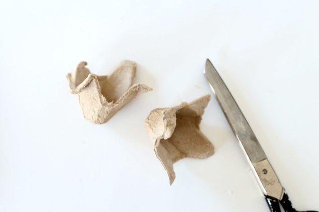 Из нижней части упаковки для яиц ножницами вырезаем отдельные «чашечки» под яйца