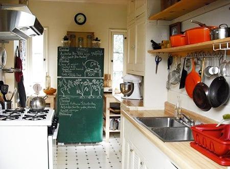 Превратите обе двери холодильника в доски для мелков (просто закрепите их на дверях или оклейте двери пленкой)