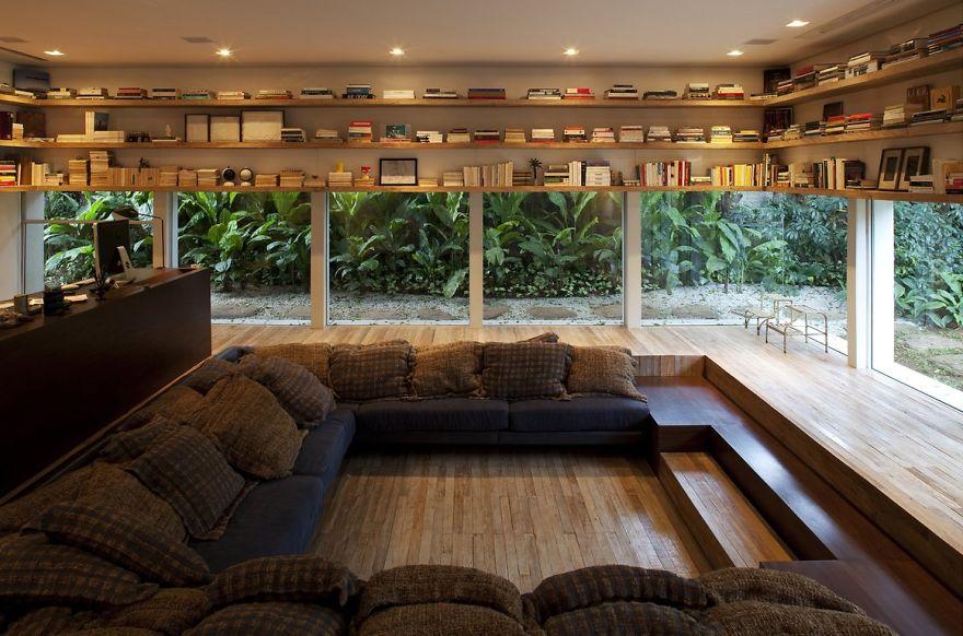 треть высоты стен занимают сплошные полки для книг