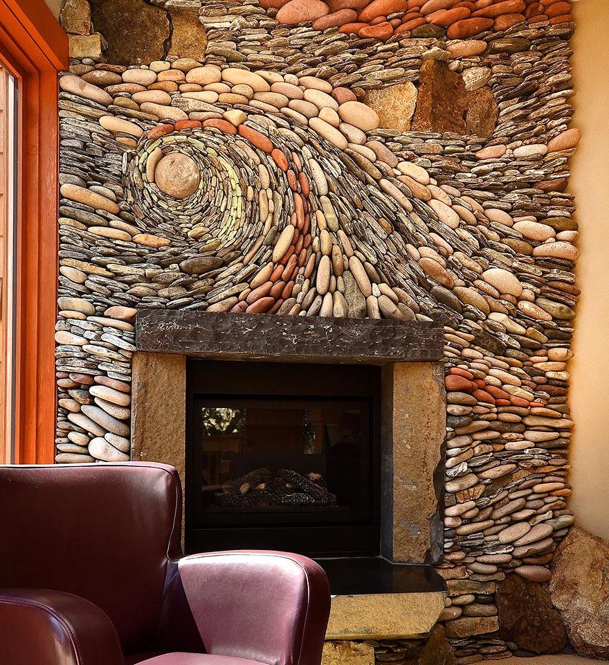 мозаика во всю стену из голышей и других камней, сложенных в узор