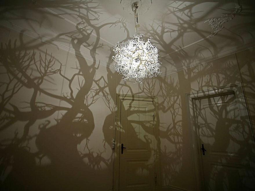 люстра, превращающая ваш дом по вечерам в заколдованный ведьмой лес около замка спящей красавицы