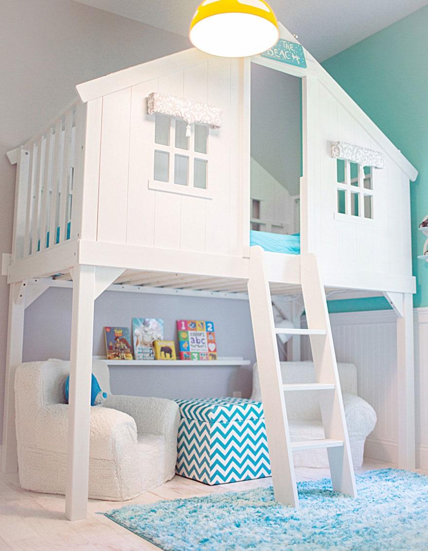 Еще один домик на дереве в помещении, сделанный из двухъярусной кровати