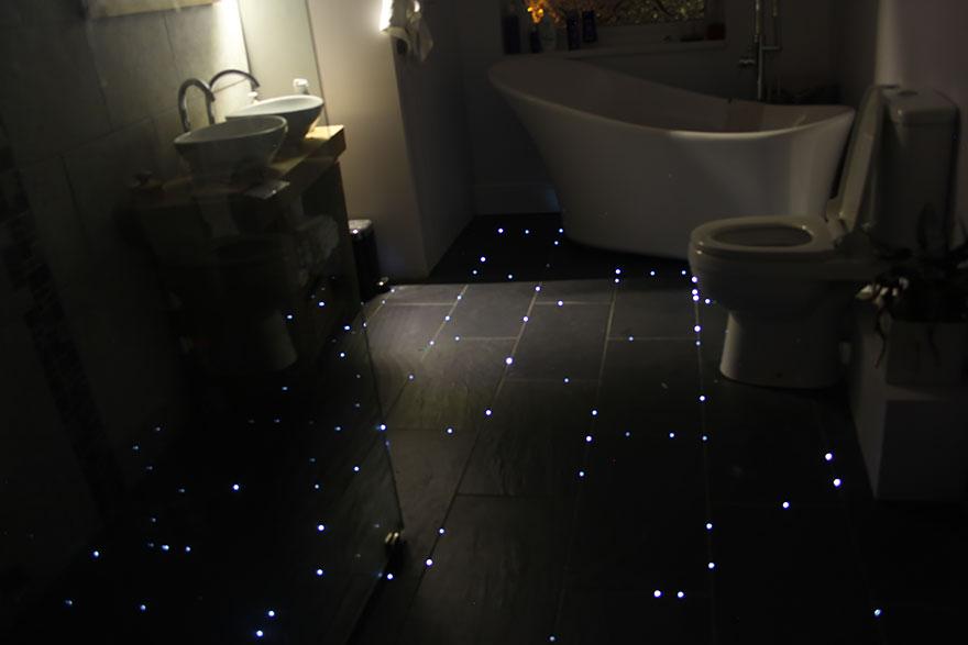 Звездное небо на кафельном полу в ванной: реализовано посредством оптико-волоконного кабеля с торцевым свечением