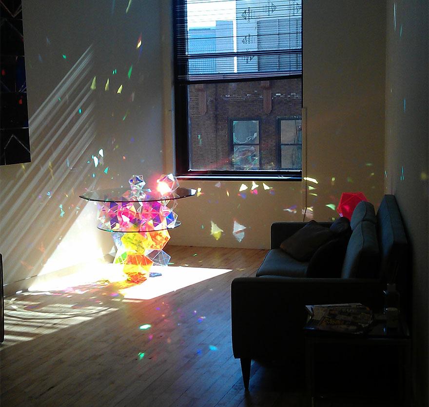 Журнальный/кофейный столик, устанавливаемый около окна и склеенный из множества разноцветных призм