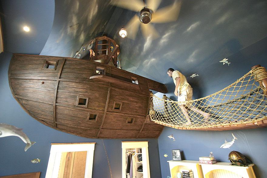 пиратский форт под потолком из «севшего на рифы корабля» в детской мальчика