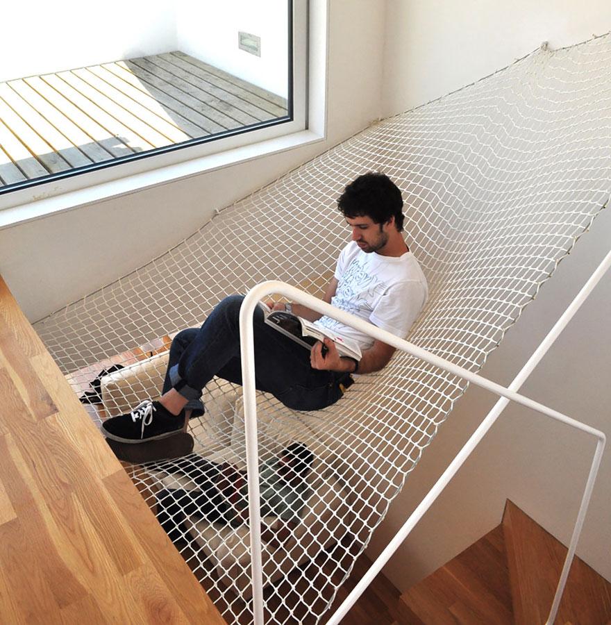 Дополнительное место для чтения в виде гамака над лестницей