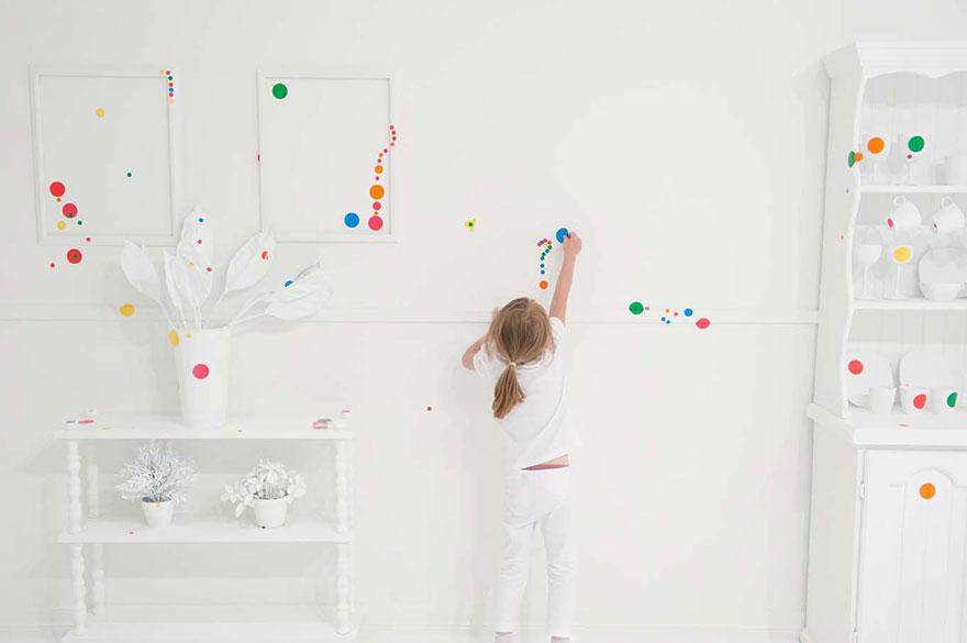 белая комната, превращаемая детьми при помощи принтов в цветную феерию