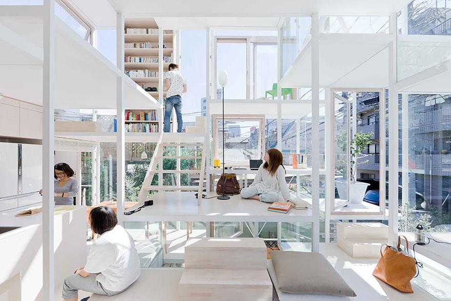 очти 4-х мерное пространство, но главное в данной идее общей гостиной то, что у каждого много места и у каждого есть свой уголок