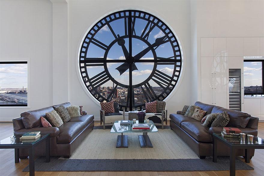окно в виде огромных часов