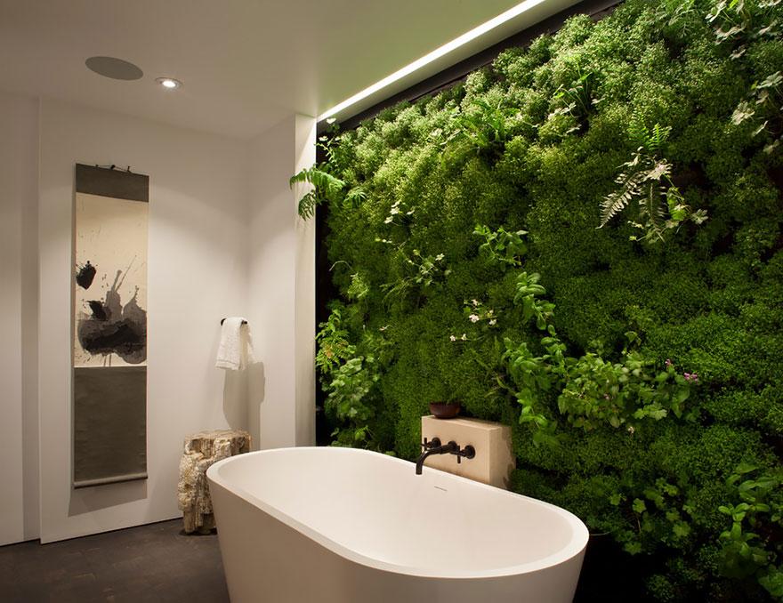 Есть у вас ванная, а рядом с ванной стена из живого мха