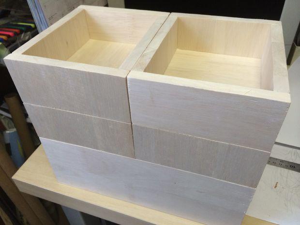 Поставьте ящики один на другой, как показано на снимке, и посмотрите, где есть зазоры