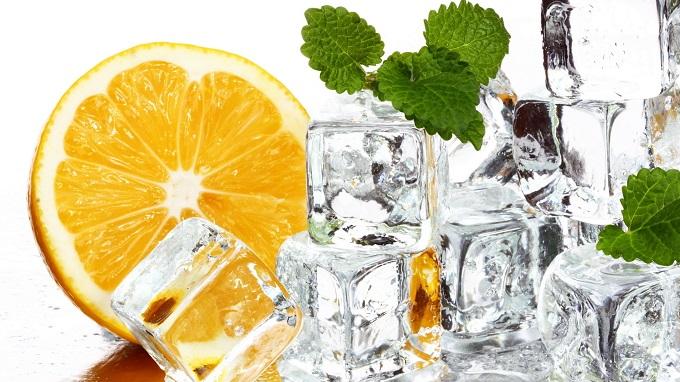 Дезодорируем трубы. Снова небольшие кусочки корок закладываем в ячейки для кубиков льда, добавляем любую воду, замораживаем.