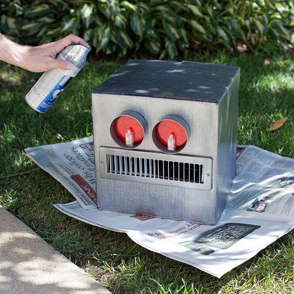 делаем голову костюма классического робота из коробки: окрашиваем спреем