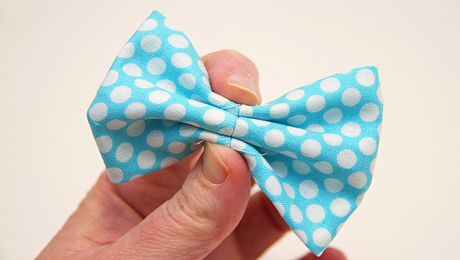 Как сделать бабочку-галстук на боди для праздничного наряда малыша