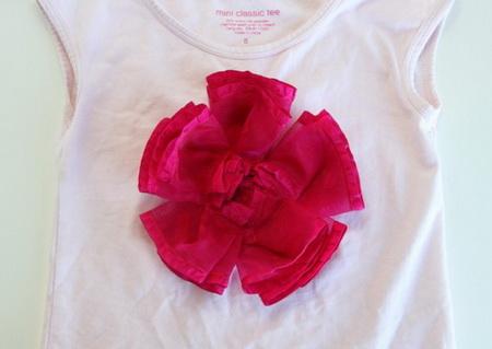 Как украсить детскую футболку лентами?