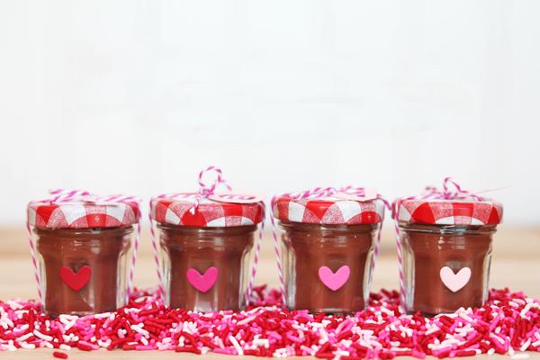 Как из стеклянных банок сделать оригинальные сувениры на День святого Валентина