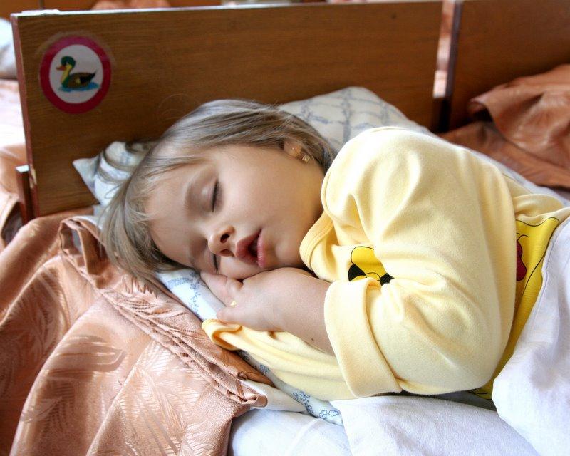 Как уложить ребенка спать, если он капризничает?