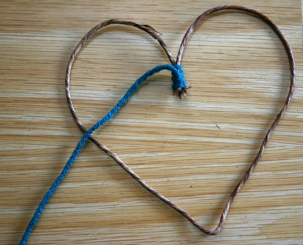 Контуры из проволоки, обмотанные пряжей - сердце: пошаговая инструкция в картинках