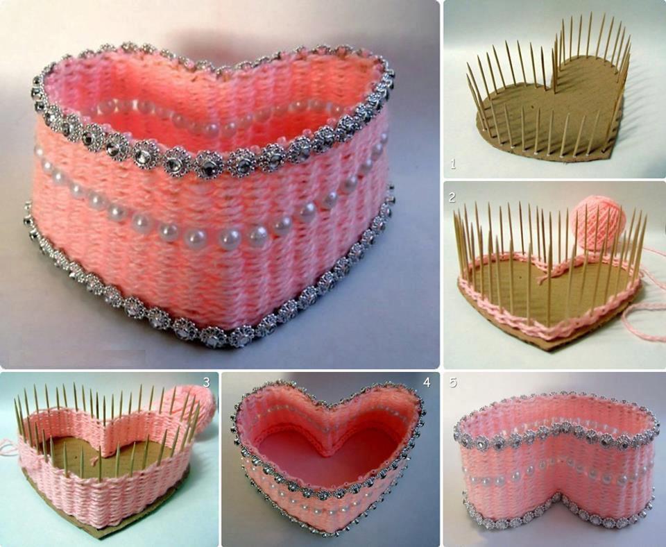 Из картона или деревянных палочек сделайте основу, затем оплетите основу пряжей, и получится корзинка или коробочка для украшений