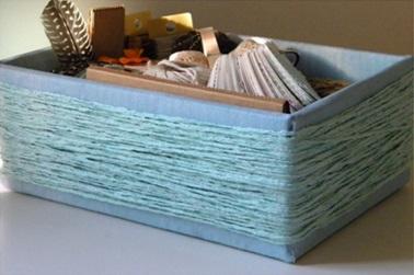 Можно обмотать пряжей коробку, банку и любую другую подходящую тару. Элементарно и очень эффектно.