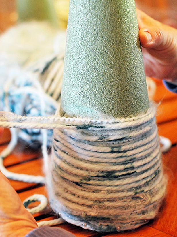 Как еще можно использовать пряжу, кроме вязания: елки на конусах - объединяйте две и более видов пряжи - разной толщины и текстуры, и получите совершенно изумительные вещи