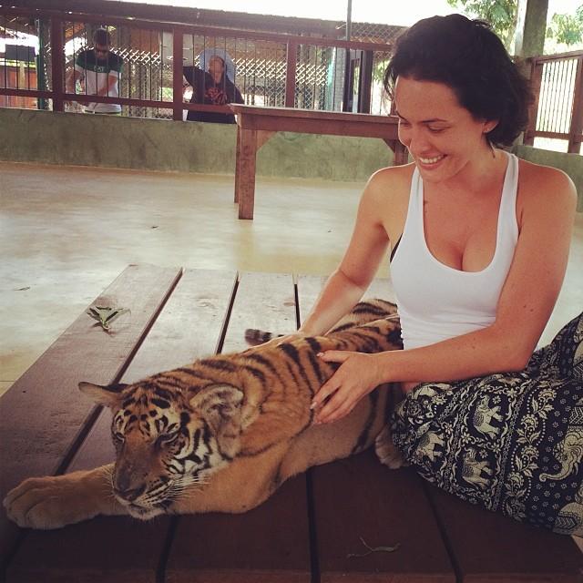 девушка с тигренком в Тайланде