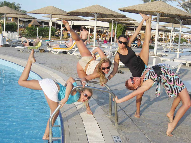 групповое фото на отдыхе, девушки у бассейна