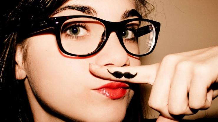 девушка: снимок с усами, нарисованными на пальце