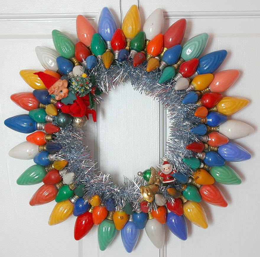 Новогодний венок из окрашенных лампочек-миньонов