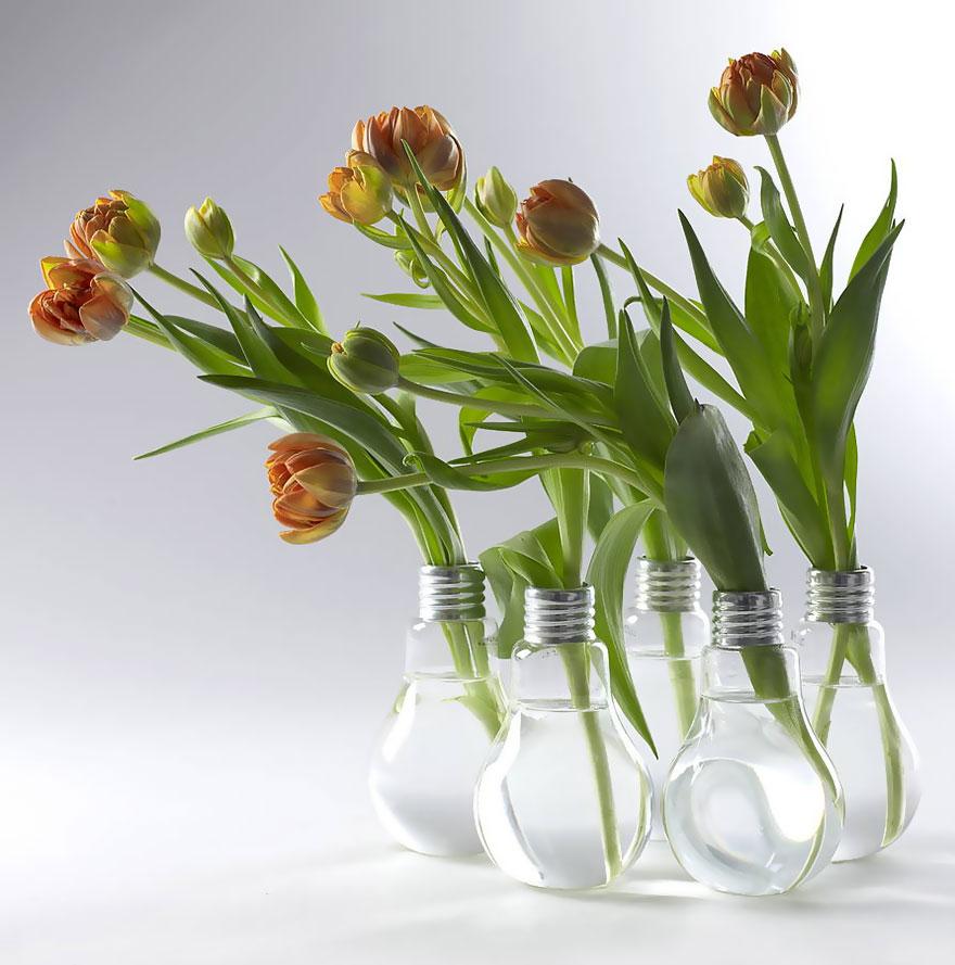 ваза, но уже из крупных ламп накаливания для крупных цветов