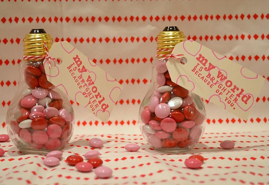 подарок - тара с конфетами из лампочек накаливания на День святого Валентина