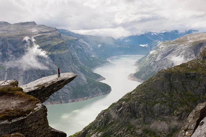"""Самые страшные смотровые площадки мира: """"Язык тролля"""" в Норвегии"""