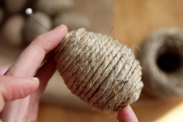 яйцо на Пасху, обернутое веревкой