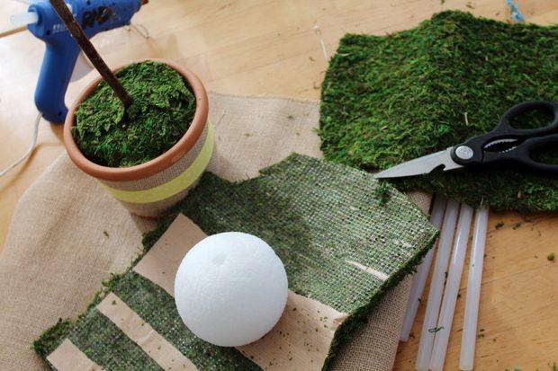 Снова беритесь за искусственный мох и, используя горячий (или ваш) клей, оберните им шарик полностью, скрывая поверхность последнего