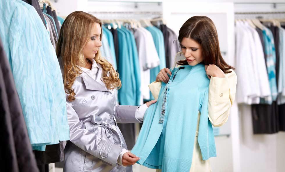 девушки выбирают одежду в бутике