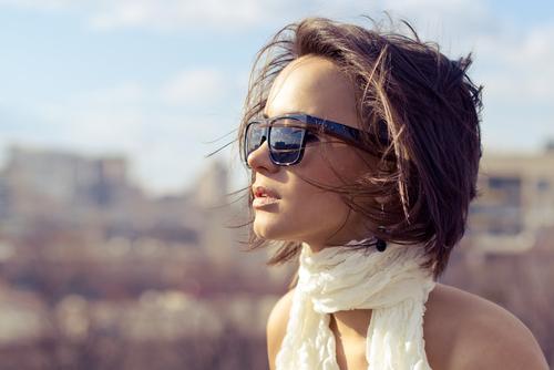Интроверты. Девушка в шарфике и темных очках.