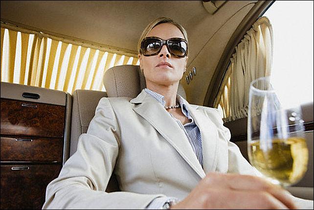 Надменная женщина в костюме в лимузине