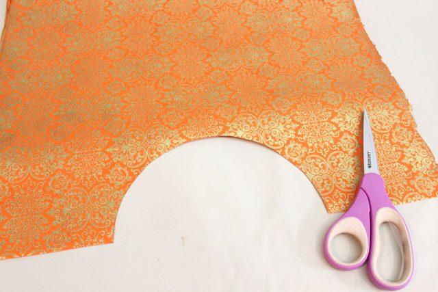 Точно так же, как с белой бумагой, вырежьте прямоугольник, нарисуйте циркулем и вырежьте полукруг
