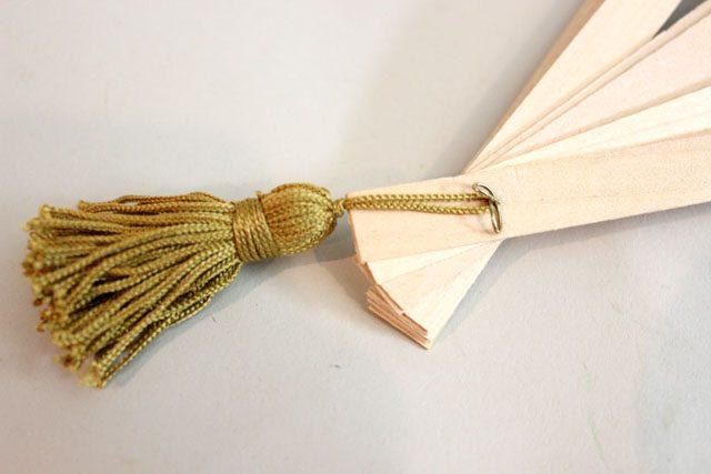 Вниз на «загогулину» от булавки навешиваем декоративную кисточку