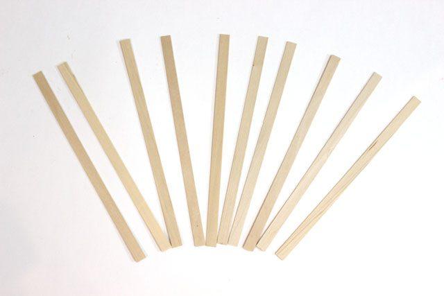 Отмерьте 2,5 см от одного конца каждой палочки, на этом расстоянии поставьте точку ровно посередине ширины палочки