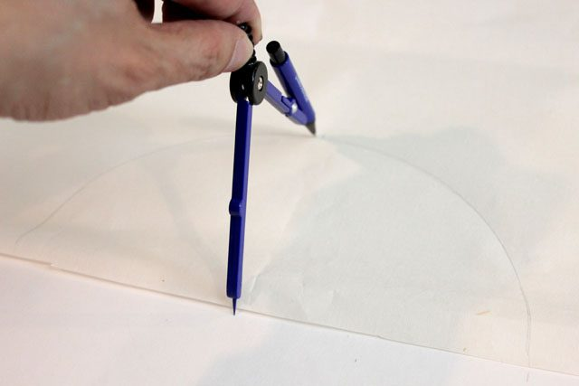 Циркулем нарисуйте на прямоугольнике полукруг радиусом 10,2 см