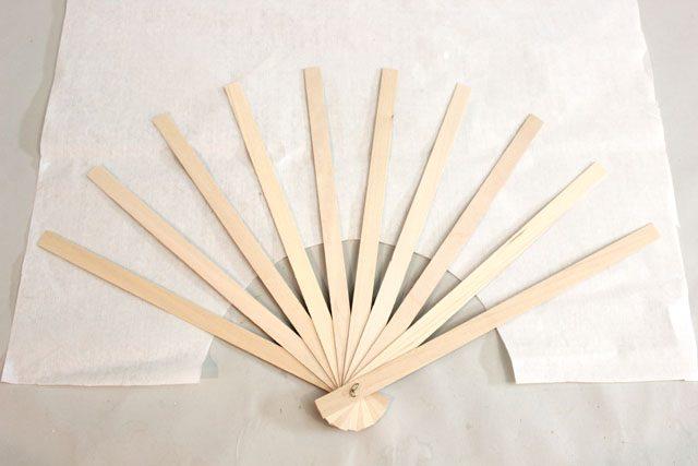 Первым берем белый прямоугольник, раскладываем на нем скрепленные палочки