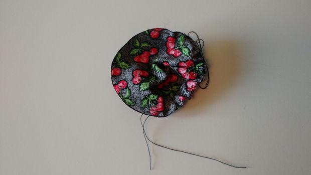 Из обрезков ткани вырежьте цельный круг диаметром примерно 8,9 см. Вручную сдвоенной ниткой прошейте прямым швом круг по краю.