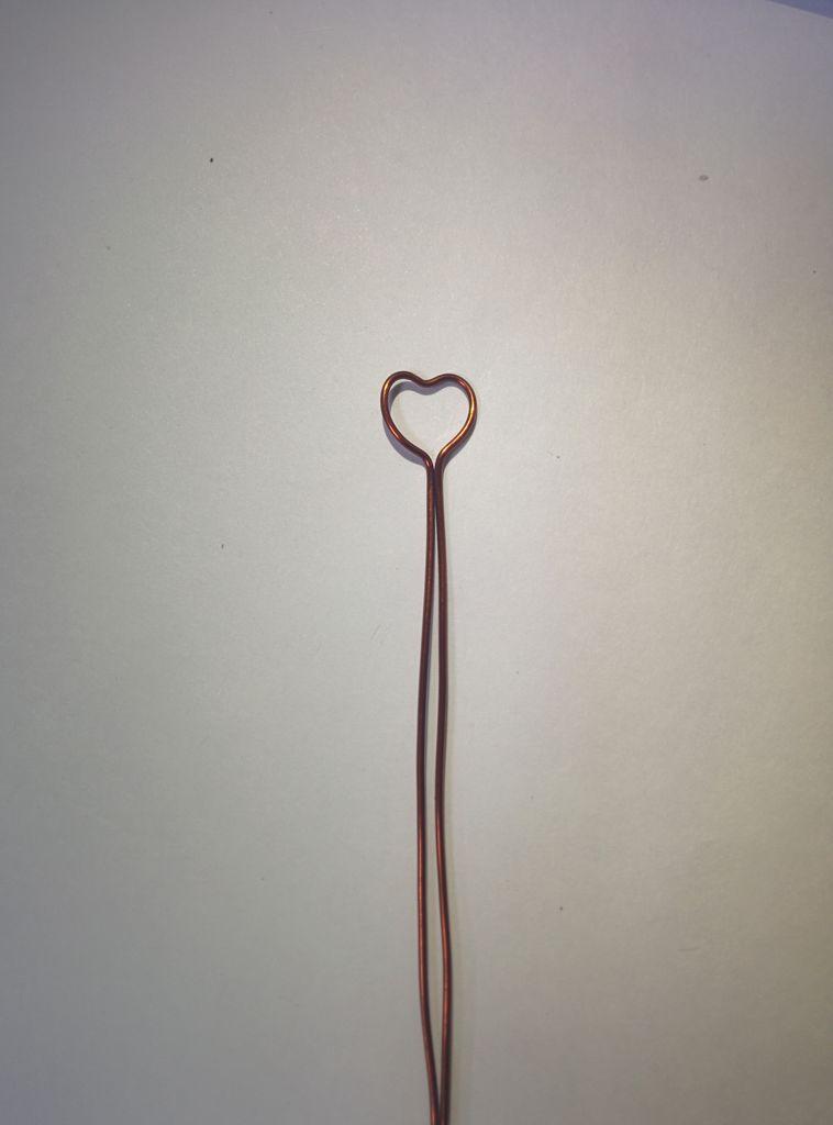 согните концы проволоки в самом низу сердца так, чтобы они теперь не пересекались, а шли параллельно впритык друг к другу