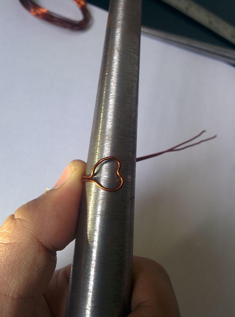 Сдвоенный параллельный хвостик проволоки оберните вокруг толстого цилиндрического предмета, получая форму кольца