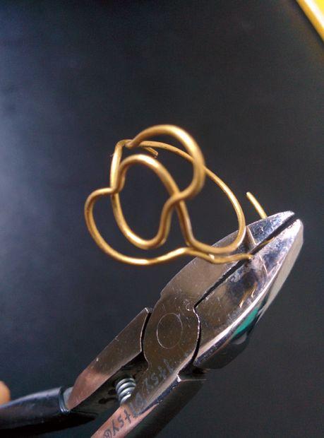 Откусите лишнюю проволоку от свободного кончика, идущего от первого сердца, чтобы он теперь не превышал 1 см в длину