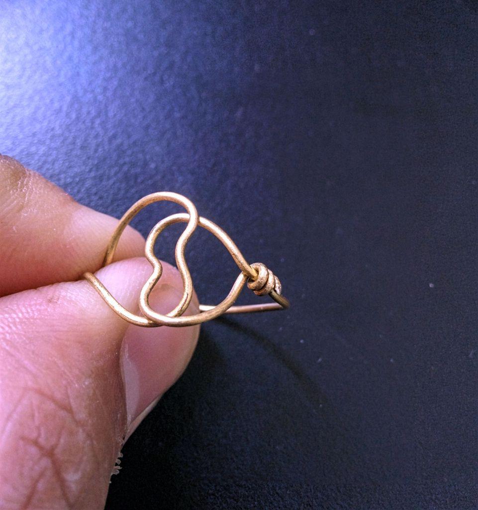Оборачивайте плоскогубцами кончик вокруг кольца – тоже туго и без промежутков