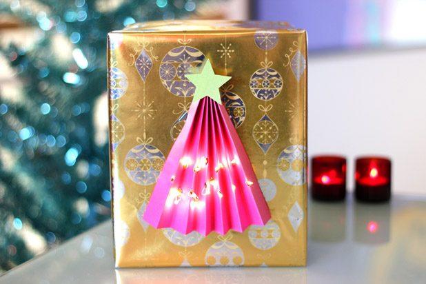Как сделать упаковку со светящейся елочкой для подарка
